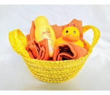 Verzorgingsdoek + washandje tetra in geschenkmandje met Zwitsal wasgel en badeendje Kiku
