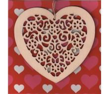 Kaartje met houten hanger in hartvorm